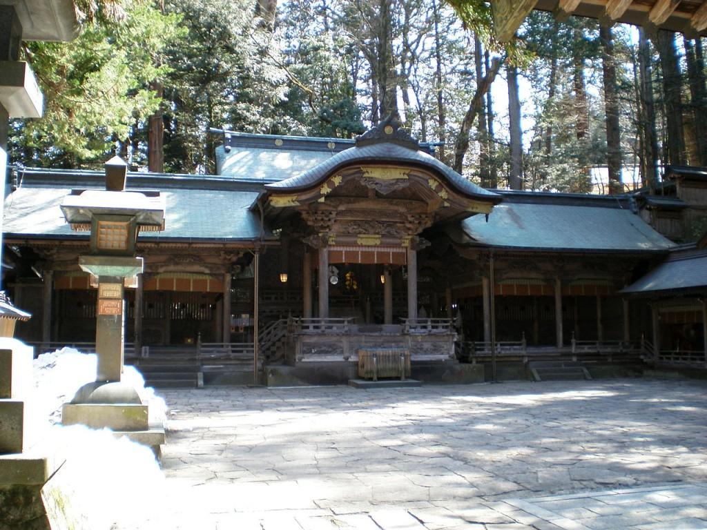 1280px-諏訪大社本宮拝殿