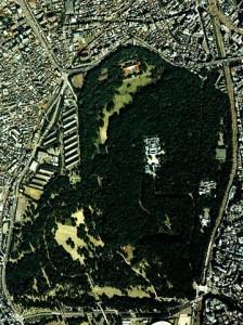 明治神宮付近の航空写真。1989年撮影。隣接する代々木公園を含め一帯は広大な緑地となっている。国土交通省 国土画像情報(カラー空中写真)を基に作成