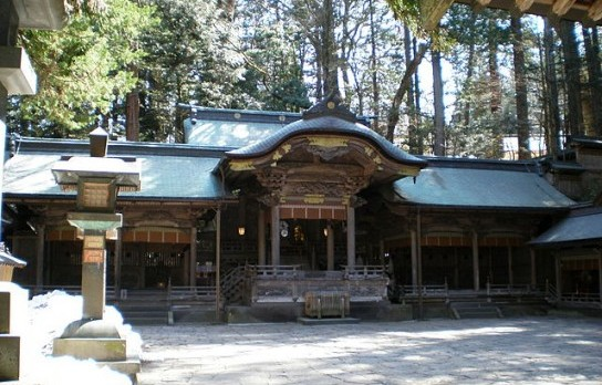 640px-諏訪大社本宮拝殿